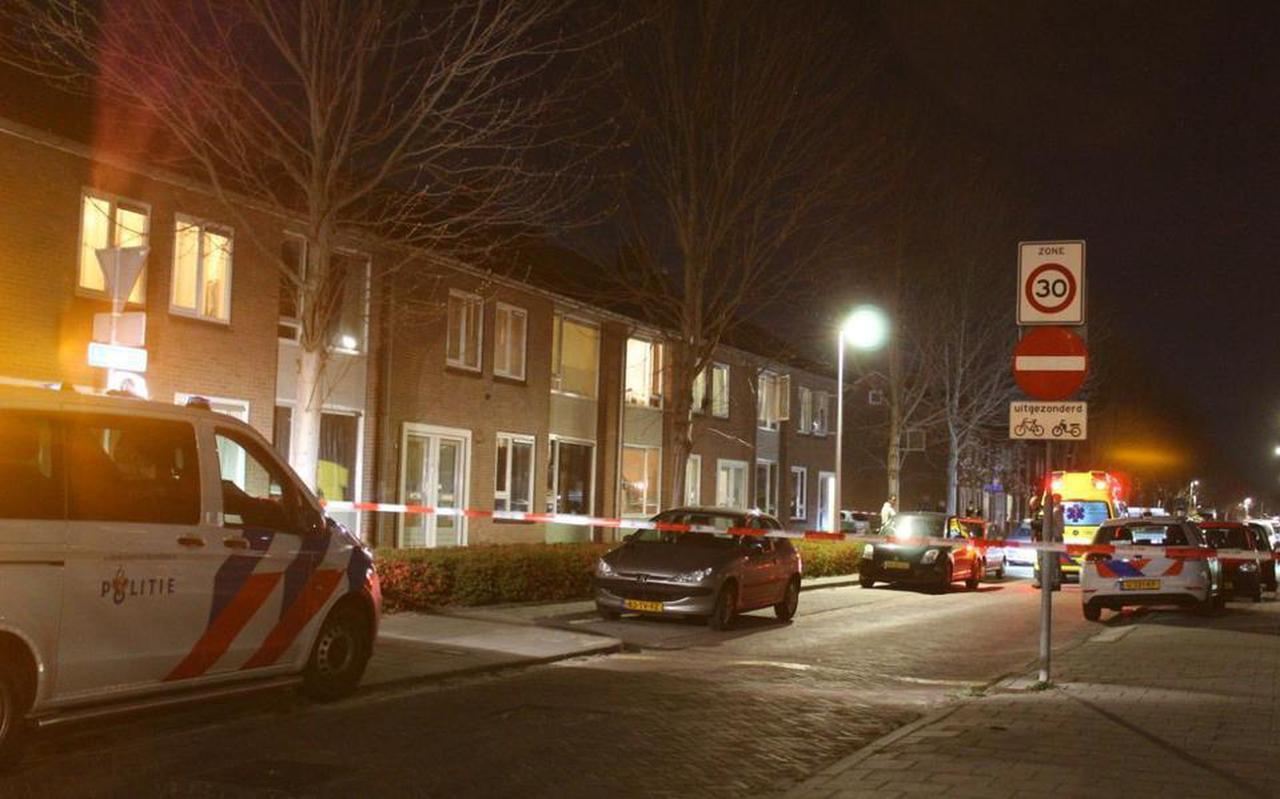 De straat is afgesloten nadat er een schietpartij is geweest. Foto: De Vries Media