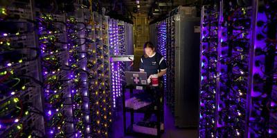 Een medewerkster in het datacenter van Google in de Eemshaven