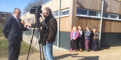 Nationaal Coördinator Hans Alders wordt geïnterviewd onder toeziend oog van enkele kinderen. FOTO GERDT VAN HOFSLOT