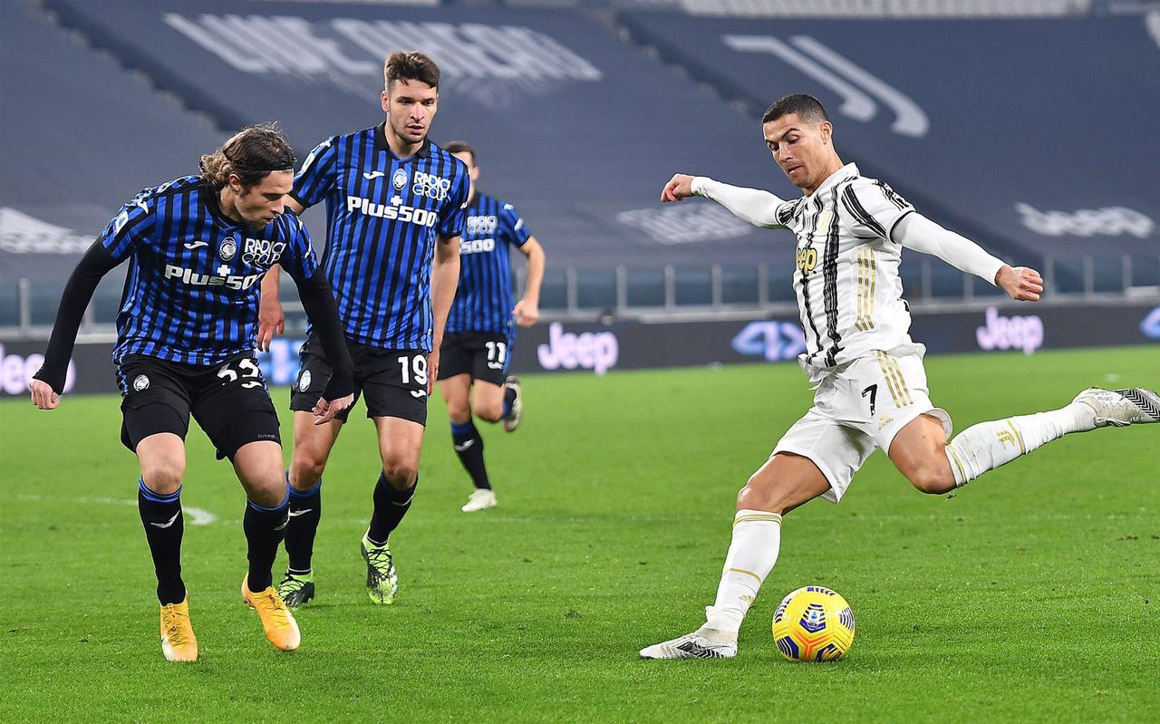 Hans Hateboer (l) van Atalanta Bergamo tijdens een eerdere ontmoeting met het Juventus van Cristiano Ronaldo.