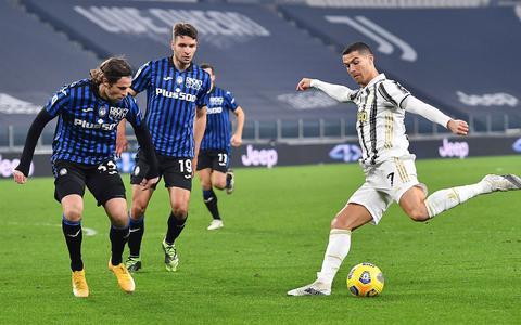 Hans Hateboer staat vanavond met Atalanta in de finale van de Coppa Italia tegen het Juventus van Cristiano Ronaldo. Met zijn lange manen en haarbandje is de man uit Beerta Italiaanser dan ooit