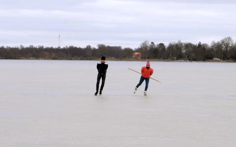 Kijk hier: schaatsen op natuurijs van het Paterswoldsemeer. Deze mensen durven het, maar meerschap waarschuwt: 'IJs is volstrekt onbetrouwbaar'
