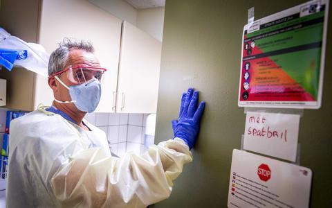 Tientallen verontruste telefoontjes in Oost-Nederland over coronavirus: 'Onzin om mondkapjes te kopen'
