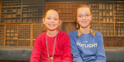 Floor (links) is de nieuwe kinderburgemeester van Groningen. Milou (rechts) is de nieuwe loco-kinderburgemeester. Foto: Henk Tammens