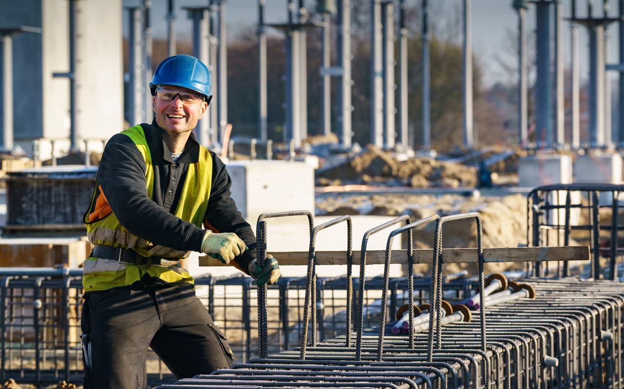 Tennet legt een 380 kV-lijn aan tussen Eemshaven en Hoogkerk en werkt aan de ombouw van hoogspanningsstations.