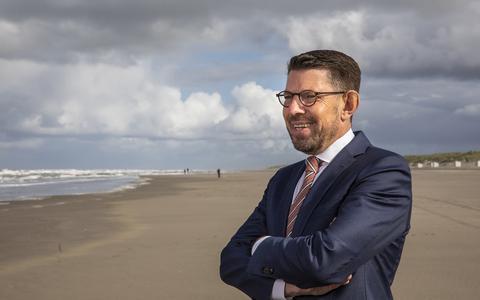 Bouke Arends, burgemeester van Westland op het strand van 's-Gravenzande. Een kleine dertig jaar was hij actief in het Emmer gemeentebestuur.