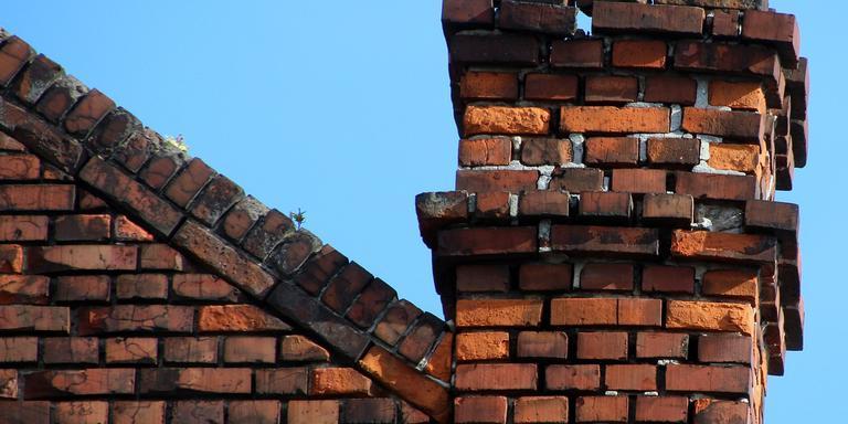 De verwijdering van schoorstenen in het bevingsgebied ligt nu nog stil