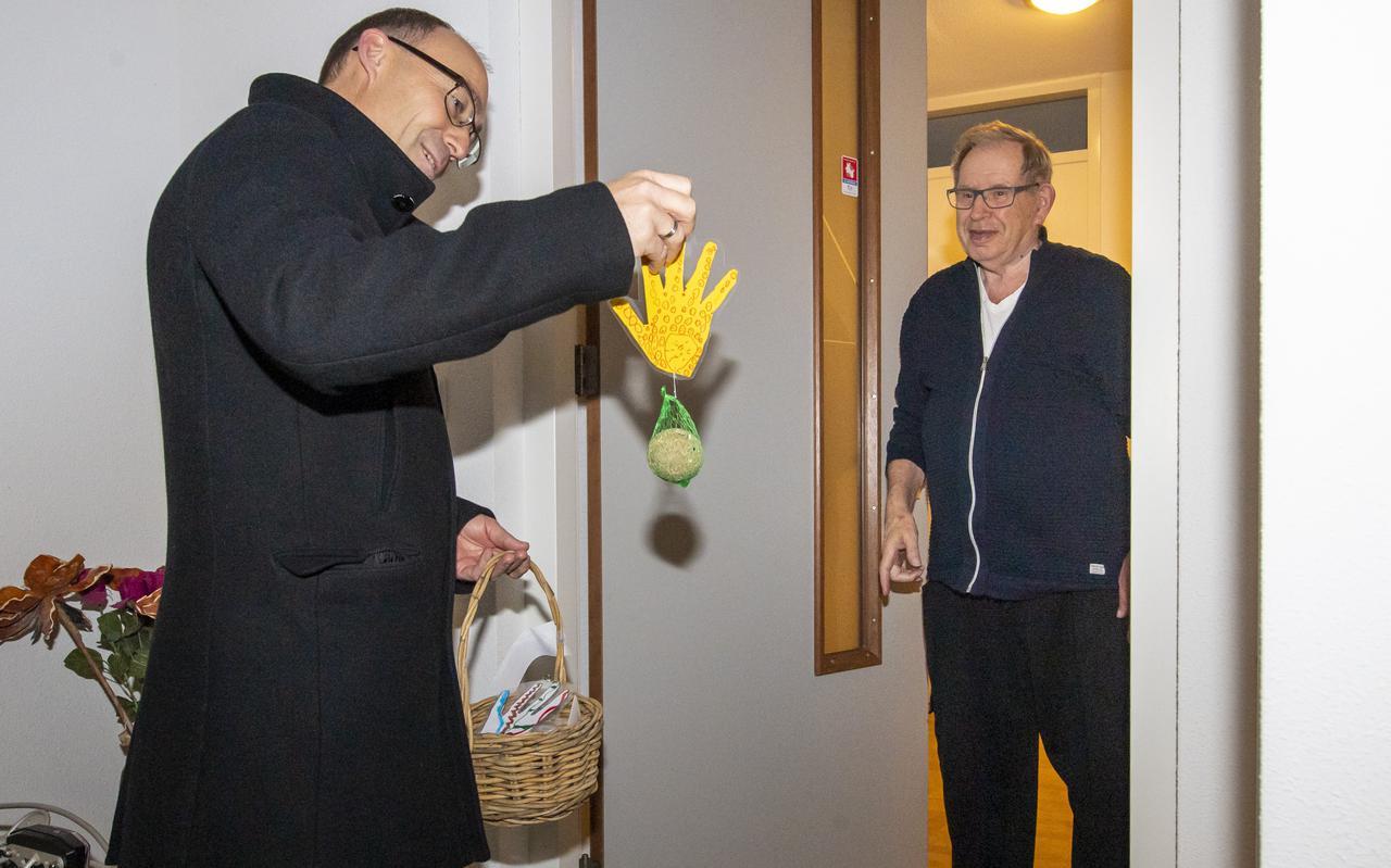 Burgemeester Anno Wietze Hiemstra overhandigt Jan Mensies zijn speciale verrassing.