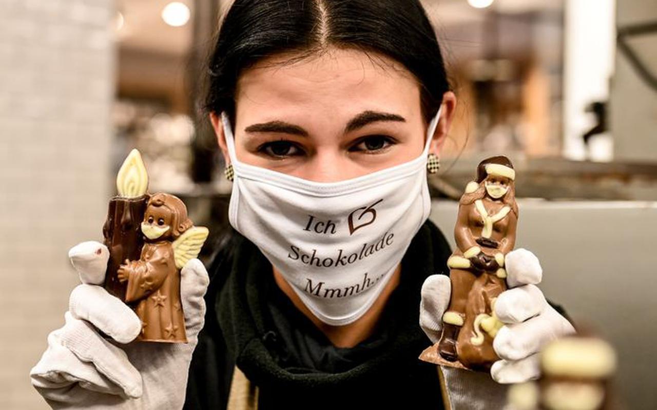 Engeltjes met mondmaskers. In de chocoladefabriek 'Confiserie Felicitas' in Hornow in de voormalige DDR zijn ze er helemaal klaar voor.