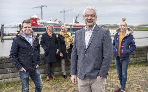 Nieuwe en oude gezichten van Eemshaven.info bij elkaar: voor Gino Hubers, achter Arnold en Karla Wielenga, links Justin Wieringa, rechts Janneke Kuiper.