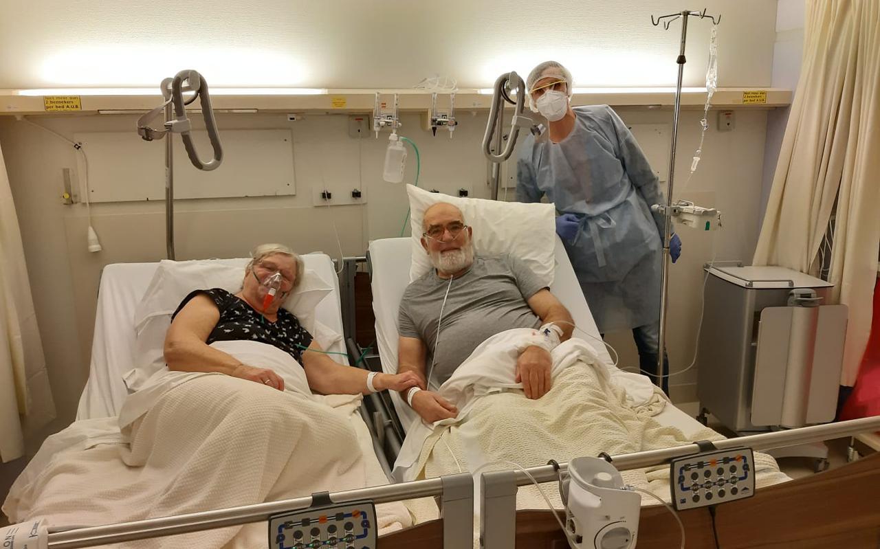 Dick en Joke van Leeuwen samen op een verpleegkamer in het Scheper Ziekenhuis.
