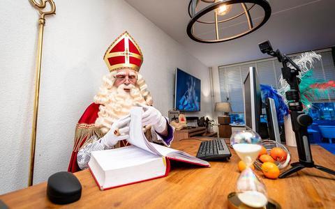 In zijn paleis in Madrid bereidt Sinterklaas zich voor op zijn jaarlijkse reis naar Nederland en neemt hij alvast het grote boek door waarin de pieten alle namen van de kinderen hebben geschreven.
