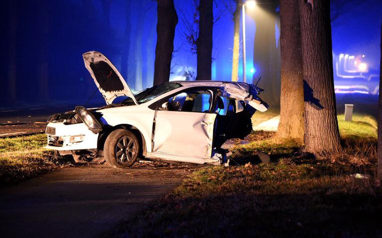 Auto brak in tweeën na botsing bij Valthe, bestuurder overleden.
