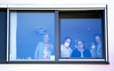 Gezonde ouderen mogen weer mondjesmaat bezoek ontvangen: 'Maar ga niet knuffelen of kussen en houd je aan de andere RIVM-maatregelen'