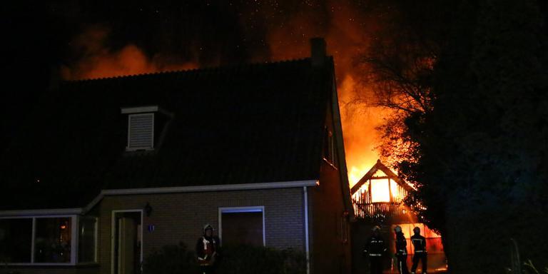Een brand verwoestte vannacht een schuur in Annen. FOTO VAN OOST MEDIA