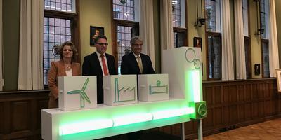 In provinciehuis presenteren Marjan van Loon (Shell Nederland), Cas Konig (Groninger Seaports) en Han Fennema (Gasunie) een groot waterstofproject in de Eemshaven. Foto: Mannus van der Laan