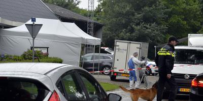 Politie doet onderzoek bij de woning. FOTO BOUDEWIJN BENTING