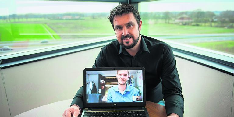 Jeroen Sprangers van Rein Advocaten obverlegt via een skypeverbinding met collega Steven in ReinLab Groningen.
