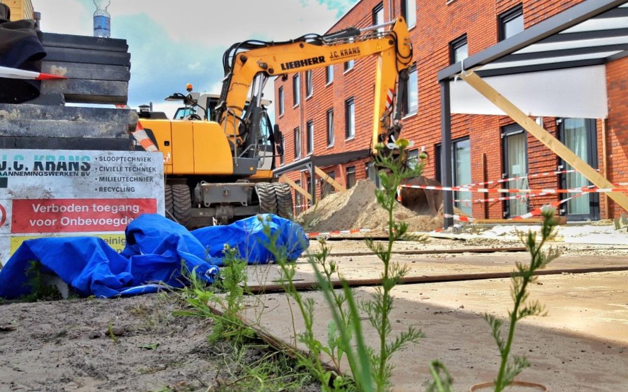 De achtertuinen van de woningen aan de Doctor Schaepmanstraat worden volledig uitgegraven. Foto: DVHN