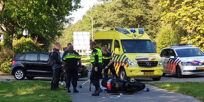 De motorrijder is met een ambulance naar het ziekenhuis gebracht.