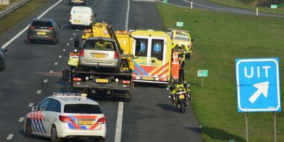 Eén van de betrokken auto's wordt afgevoerd.