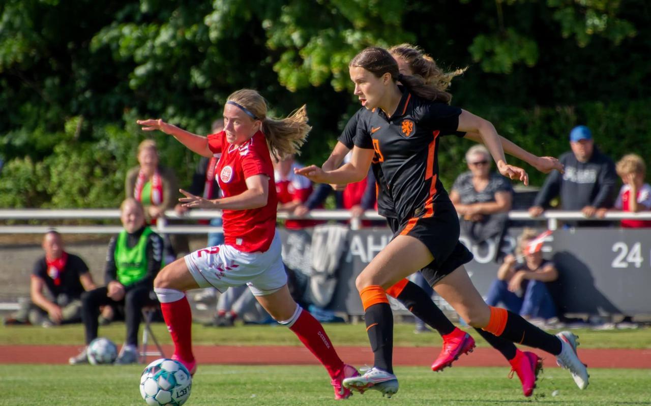 Hanna Huizing in actie tegen Denemarken.