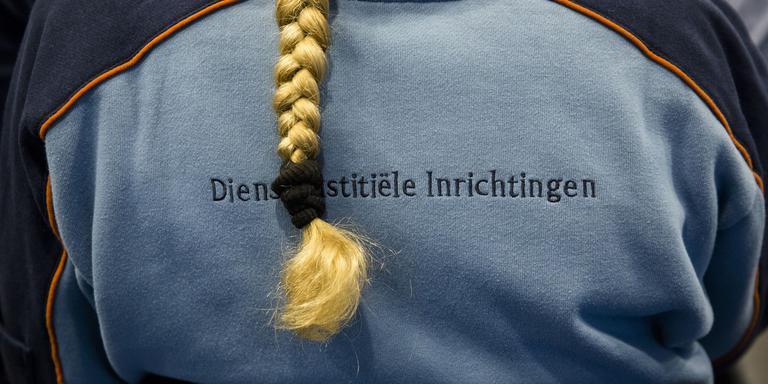 Gevangenismedewerker tijdens debat over het gevangeniswezen. FOTO ANP/BART MAAT