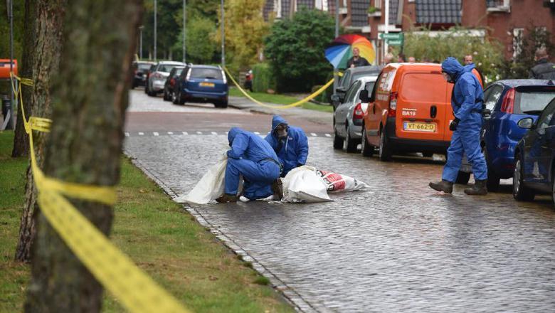 Medewekers van Steenhuis ontdoen het wegdek van de vervuilde rommel. Foto: De Vries Media.