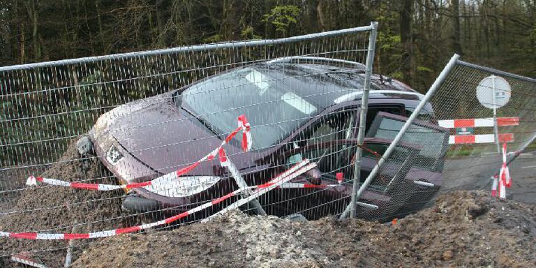 De auto kwam in een bult zand terecht. FOTO MARCEL EUVING/VAN OOST MEDIA