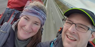 """Carlien Bootsma en Nieky Post op de Afsluitdijk. """"Een droom die uitkomt."""" Foto: Carlien Bootsma / BLICmedia"""