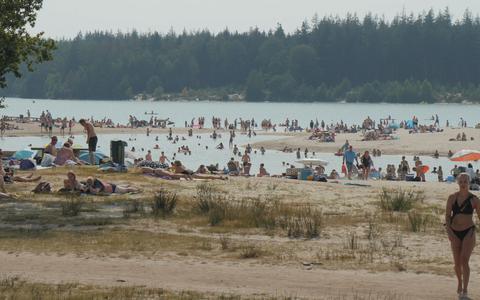 Zorgelijke hoeveelheid troep bij zwemplassen in Drenthe