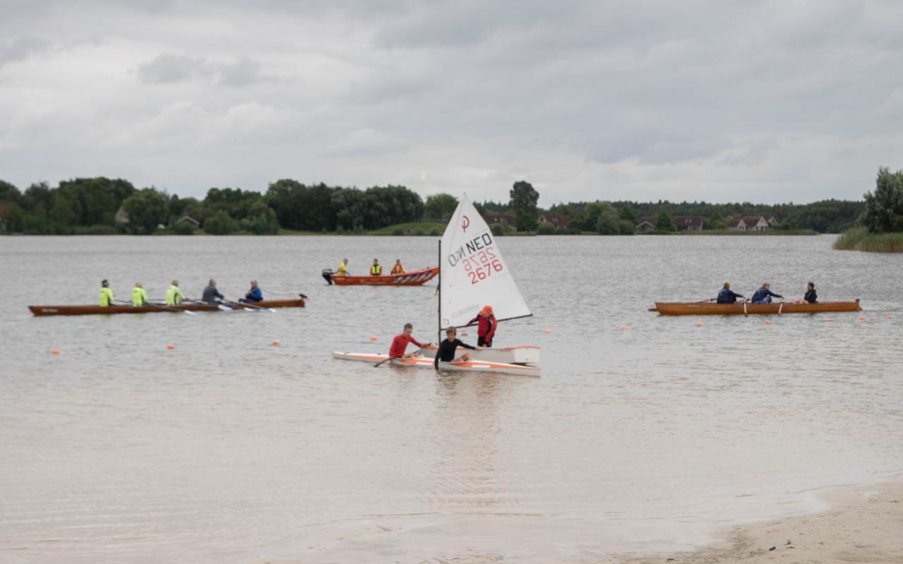 Het Waterspot Hotspot in Emmen is officieel geopend. Met roeien (links en rechts), reddingsbrigade (helemaal achter) en kanoën (voor) en zeilen (achter de kano).