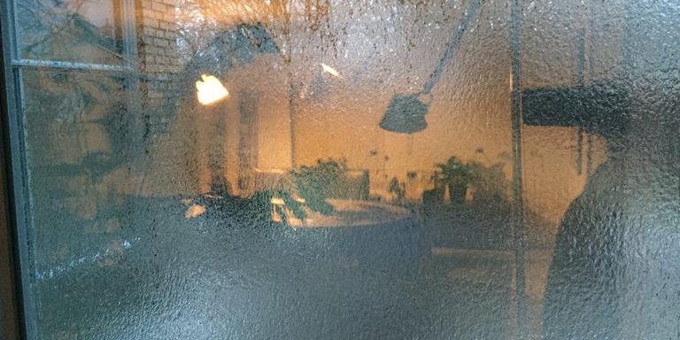 De ijsafzetting is goed te zien op de ramen van een woning in Appingedam. Foto: DvhN