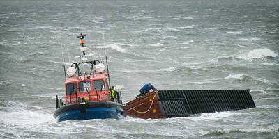 Januari 2019: Bij Lauwersoog brengt een sleepboot een afgevallen zeecontainer van de MSC Zoe naar de wal.
