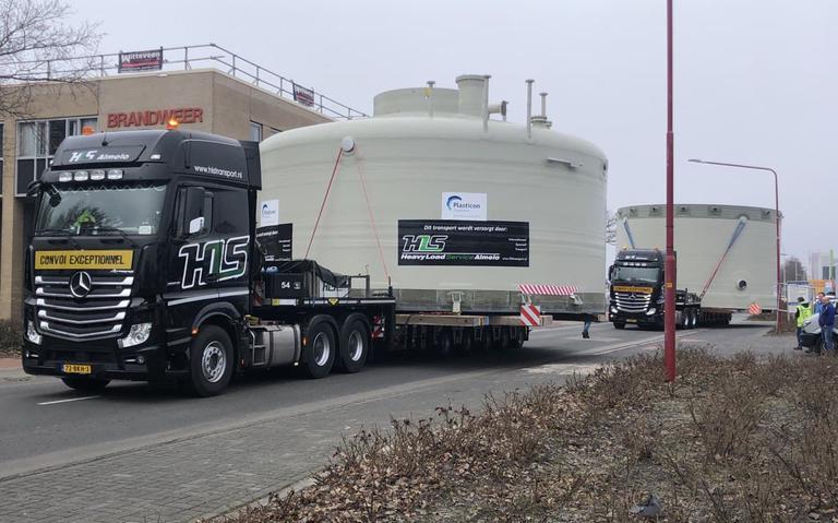 Lantaarnpalen aan de kant, boomtakken afgezaagd: een enorme tank is gearriveerd in Emmen