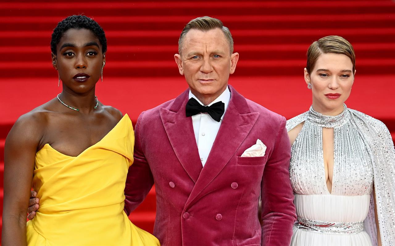 Daniel Craig en medespelers Lashana Lynch (links) en Lea Seydoux op de rode loper voorafgaand aan de wereldpremière van No Time to Die in Londen.