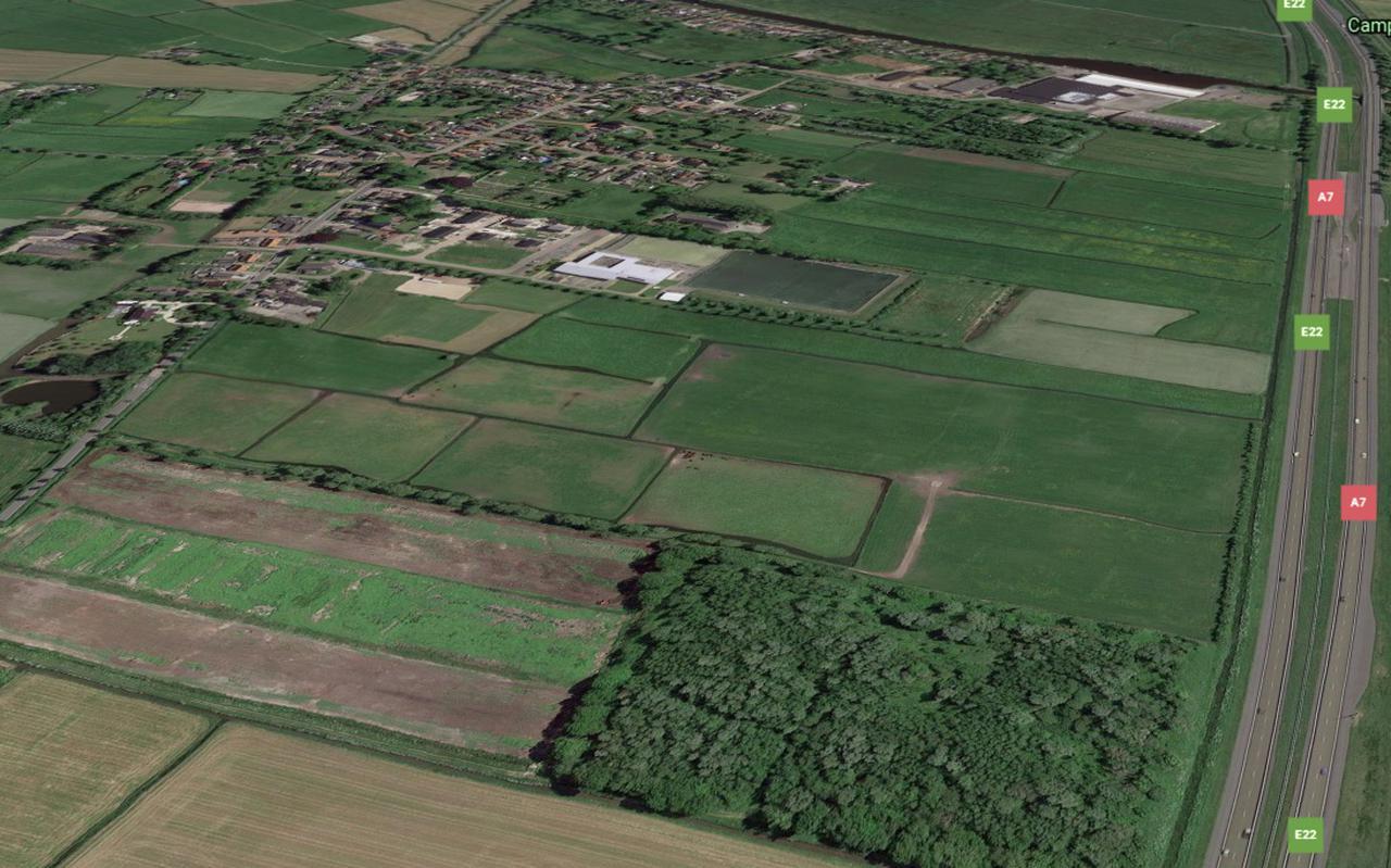 Het bos op deze voormalige vuilstort langs de A7 (voorgrond) verandert op initiatief van de EnergieCoöperatie Oostwold in een zonnepark voor bewoners van het dorp in het Westerkwartier.