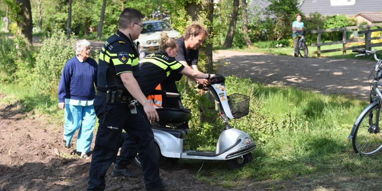 De scootmobiel werd uit de sloot gehaald. FOTO 112 GRONINGEN / JORDI HAVERDINGS