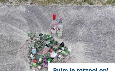 Het is weer raak bij de zwemplas in Borgerswold in Veendam: glasscherven in het water, op het strand en in het gras