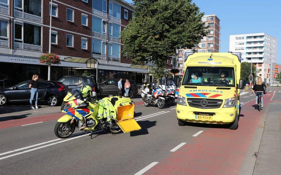 Vrouw gewond en met spoed naar ziekenhuis gebracht na aanrijding op het Overwinningsplein in Groningen. Automobilist aangehouden