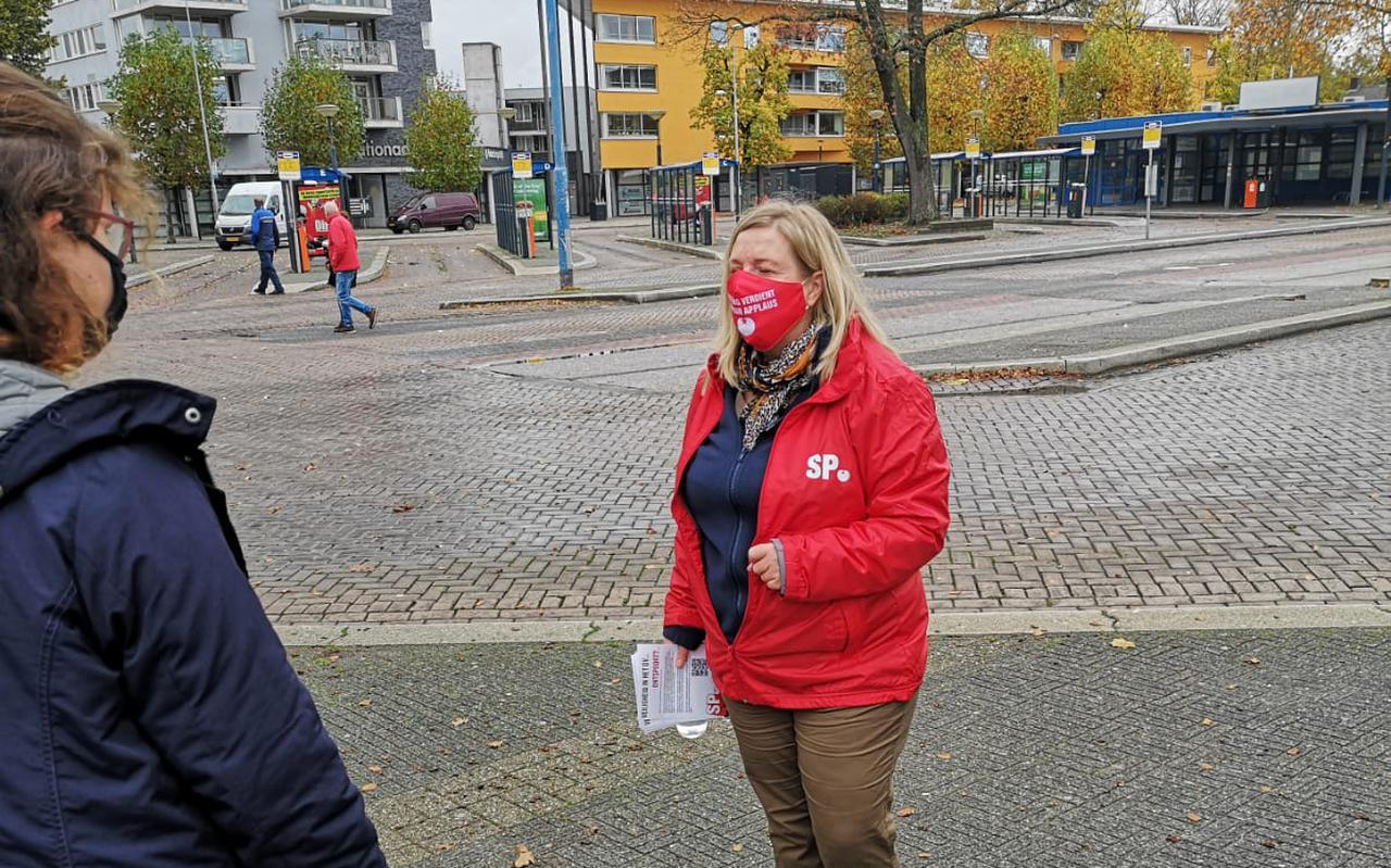 Eva Schaaij in gesprek met een treinreiziger op station Emmen