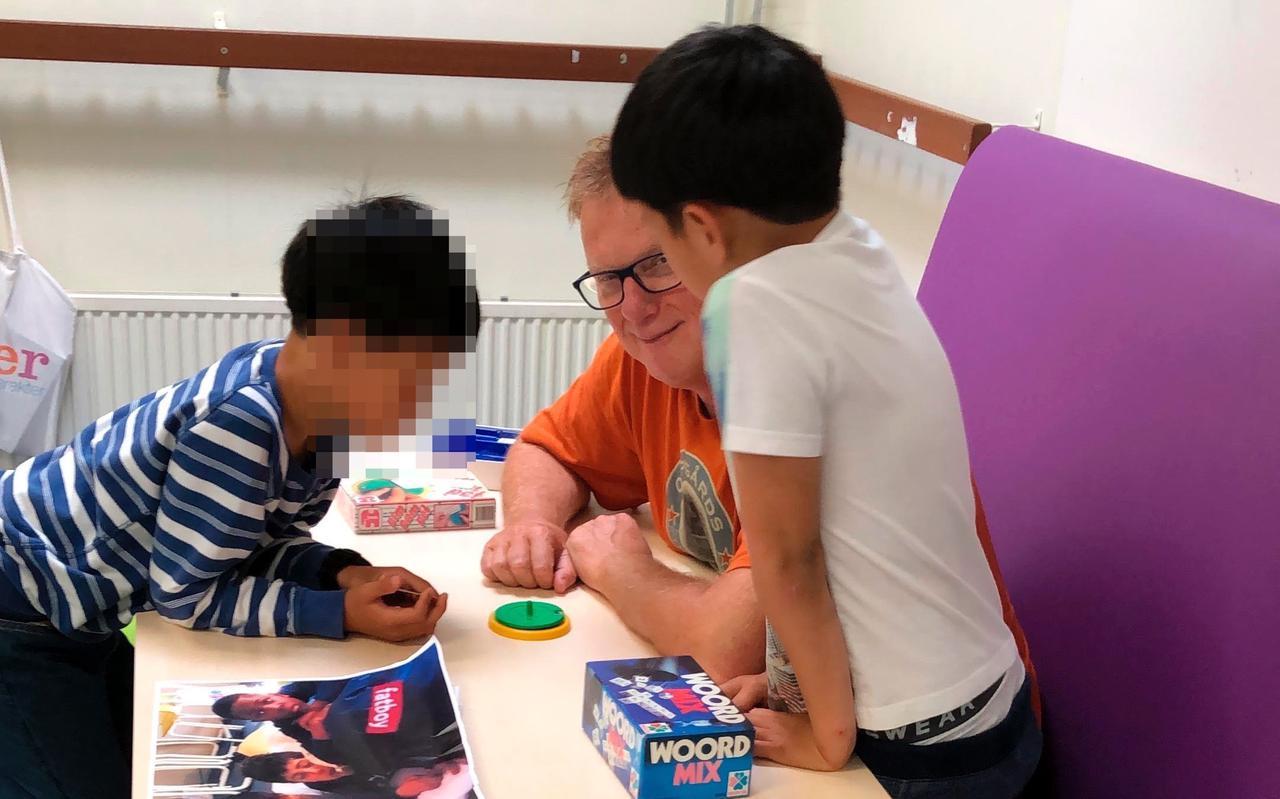 Oud-journalist Gert Meijer is voorlees-vrijwilliger op azc-school De Hesselanden in Emmen.