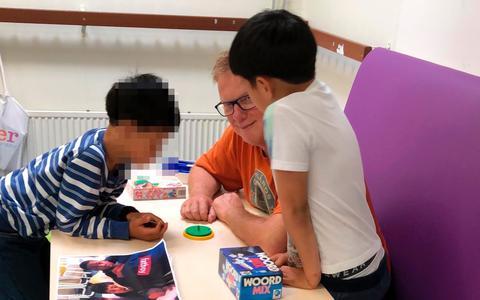 Oud-journalist is voorlees-vrijwilliger op azc-school in Emmen: 'Het was de laatste keer dat ik Amir zag'