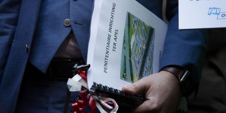 Staatssecretaris Dijkhoff met de petitie. FOTO ANP/BART MAAT