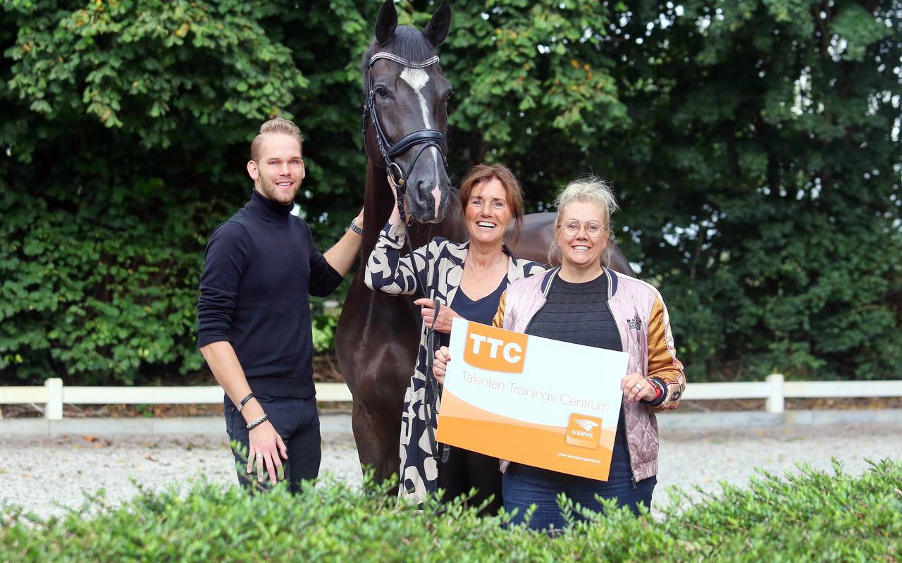 Roland Hitze, Christa Larmoyeur en Marian Staal (v.l.n.r.) zijn trots op de erkenning van de KNHS.