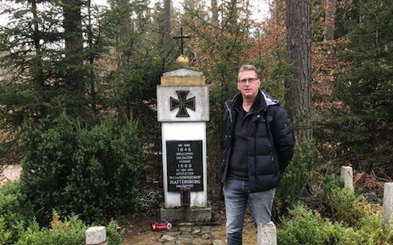 Bé Aalders stuitte in zijn speurtocht naar het verdwijnen van oudoom Albert op een monumentje in Markt Allhau-Riedlingsdorf als herinnering aan de vele oorlogsslachtoffers.