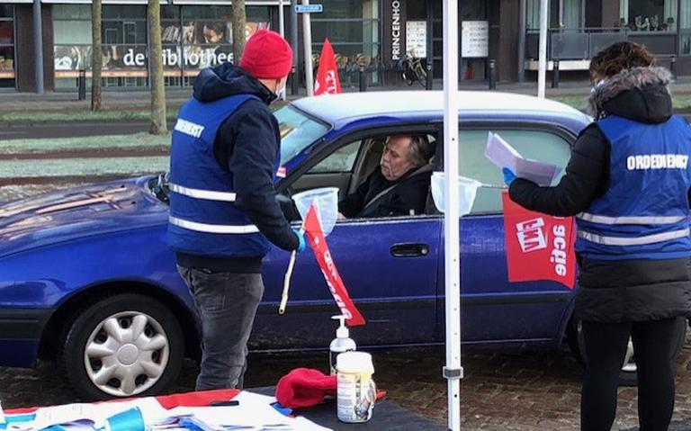 Anderhalve meter staking in Hoogeveen gaat zo: Bonden hengelen in drive-in stakingsbriefjes metaalwerkers binnen