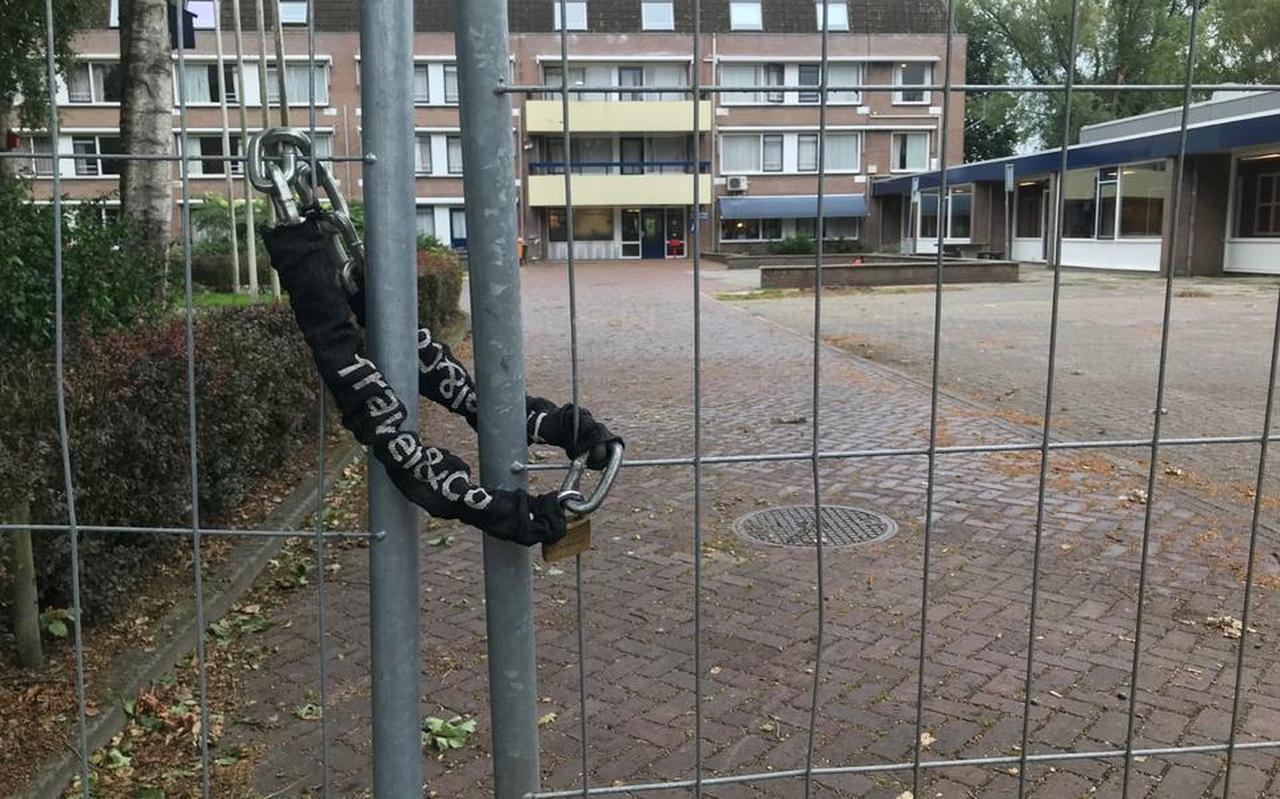 Om het AZC in Musselkanaal werden hekken geplaatst om de asielzoekers op het terrein op te sluiten.