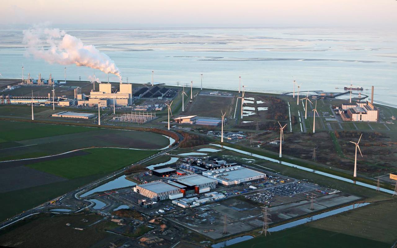 De Eemshaven in vogelvlucht, met vooraan de zuidoostelijke uitbreiding (met het Google-datacenter) waarover nu commotie is ontstaan.