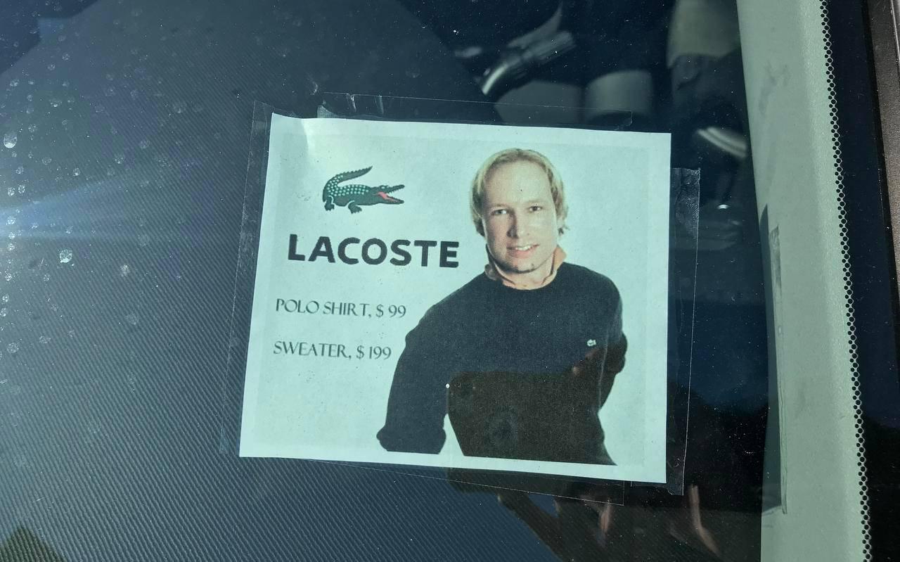 Deze bewerkte foto van moordenaar Anders Breivik had de man onder zijn voorruit geplakt.